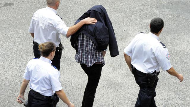 L'enseignant britannique, qui avait fugué avec son élève de 15 ans, arrive au palais de justice de Bordeaux sous escorte policière, le 2 octobre 2012 [Jean-Pierre Muller / AFP]