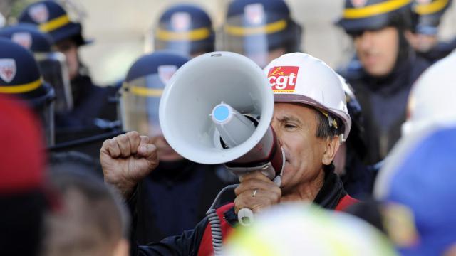 Le délégué syndical CGT Yves Fabbri s'adresse à ses collègues d'ArcelorMittal, le 2 octobre 2012 à Metz [Jean-Christophe Verhaegen / AFP]