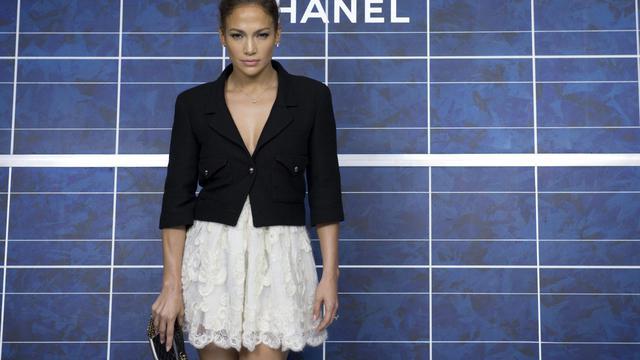 Jennifer Lopez pose en Chanel avant le présentation de la collection printemps-été 2013, le 2 octobre 2012. [Martin Bureau / AFP]
