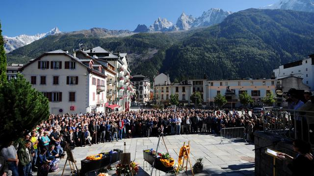 Des personnes rendent hommage aux trois guides de haute montagne emportés au Népal, le 2 octobre 2012 à Chamonix [Jean-Pierre Clatot / AFP]