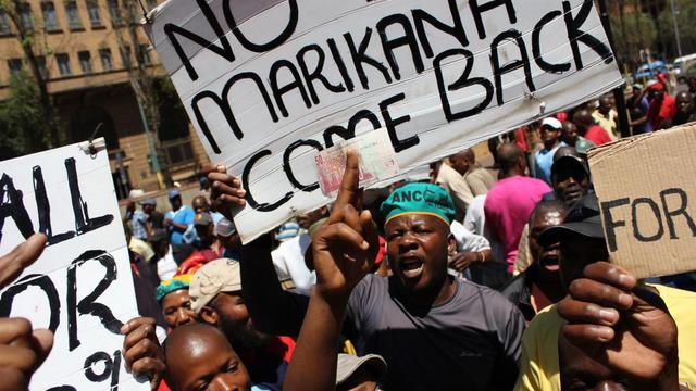Des camionneurs sud-africains en grève manifestent le 2 octobre 2012 dans les rues de Johannesbourg [Cynthia Matonhodze / AFP]