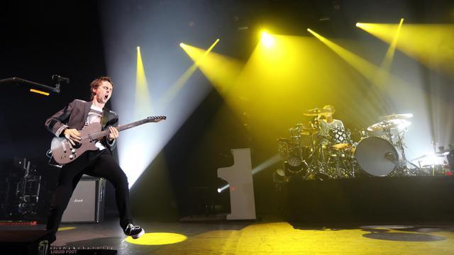 Matthew Bellamy (g) et son groupe Muse en concert à l'Olympia, à Paris, le 2 octobre 2012 [Thomas Samson / AFP]