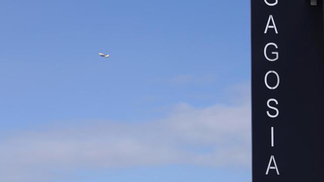 Un avion et au premier plan la galerie d'art de Larry Gagosian, au Bourget (Seine-Saint-Denis), le 15 octobre 2012 [Joel Saget / AFP]
