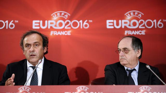 Le président de l'UEFA Michel Platini (g) et le président de la Fédération française de football Noël Le Graët, le 23 octobre 2012 à Paris. [Lionel Bonaventure / AFP]