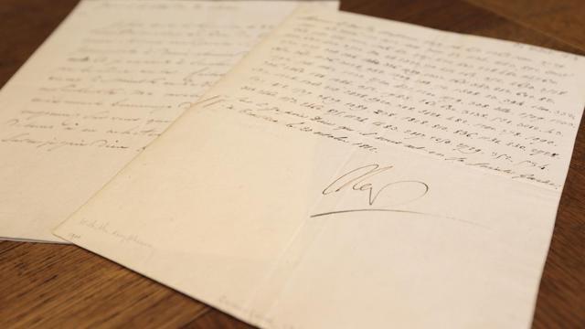 Photo prise le 31 octobre 2012 à Paris d'une lettre codée signée par Napoléon qui va être mise aux enchères [Kenzo Tribouillard / AFP]
