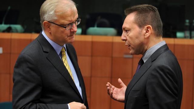 Le commissaire européen Olli Rehn (g) en discussion avec le ministre grec des Finances Ioannis Stournaras, le 20 novembre 2012 à Bruxelles [John Thys / AFP]