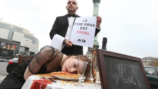 Une action anti-foie gras de l'association Peta place de la Bastille, à Paris, le 5 décembre 2012 [Thomas Samson / AFP]