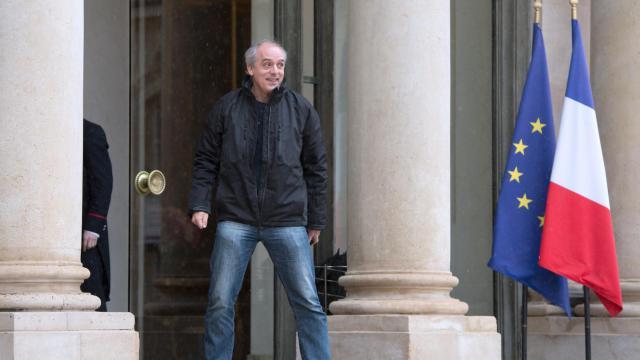 Philippe Poutou, ex-candidat du NPA à la présidentielle arrive en toute décontraction à l'Elysée, le 7 décembre 2012 [Bertrand Langlois / AFP]