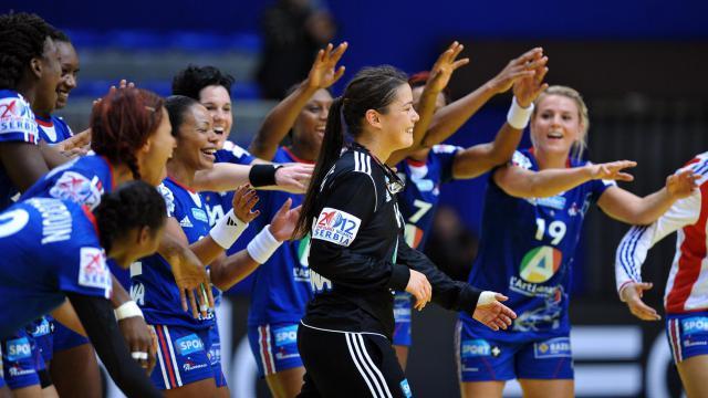 Les joueuses de l'équipe de France félicitent leur gardienne Cléopâtre Darleux (c) après leur victoire contre la Suède à l'Euro de handball, le 8 décembre 2012 à Nis (Serbie) [Andrej Isakovic / AFP]