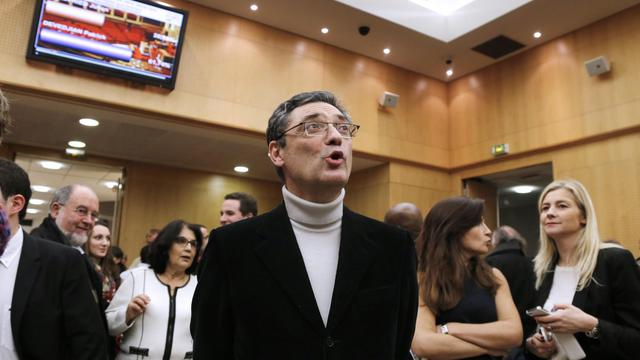 Patrick Devedjian regarde les résultats des législatives, le 16 décembre 2012 à Antony, en région parisienne [Francois Guillot / AFP]