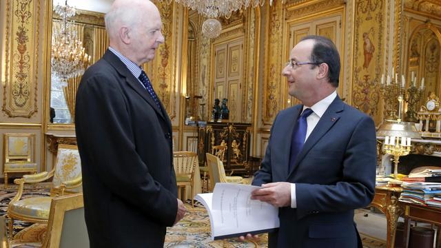 Le professeur Didier Sicard remet son rapport sur la fin de vie à François Hollande, le 18 décembre 2012 à l'Elysée à Paris [Benoit Tessier / Pool/AFP]