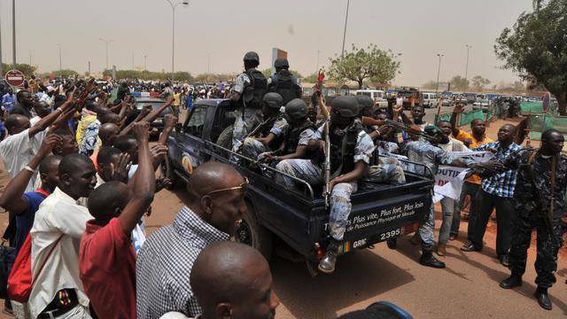 Des partisans de la junte au Mali autour d'un véhicule transportant des soldats à l'aéroport de Bamako, le 29 mars 2012