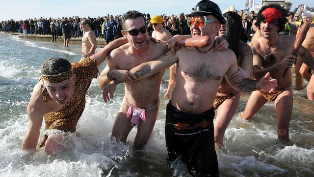 """Des personnes participent au traditionnel """"dernier bain naturiste de l'année"""", le 31 décembre 2012 au Cap d'Agde [Pascal Guyot / AFP]"""