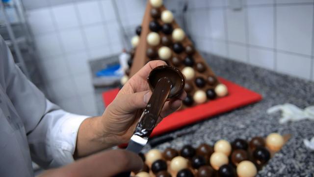 Un élève américain apprend à faire des pâtisseries à la française, dans une école à Yssingeaux (en Haute-Loire), le 21 janvier 2013 [Philippe Desmazes / AFP]