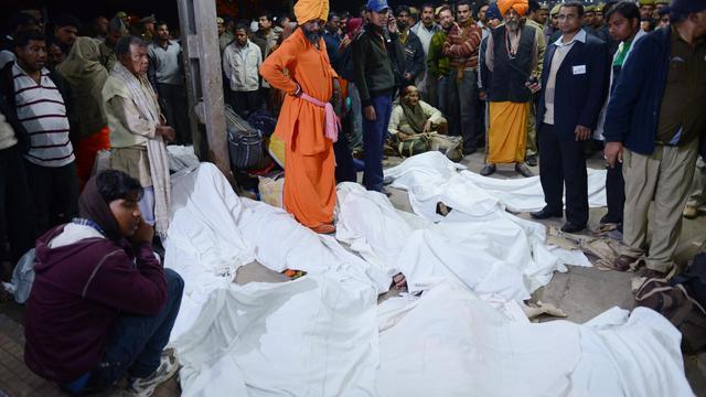 Les corps de victimes d'une bousculade à la gare ferroviaire d'Allahabad, dans le nord de l'Inde, le 10 février 2013 [Roberto Schmidt / AFP]