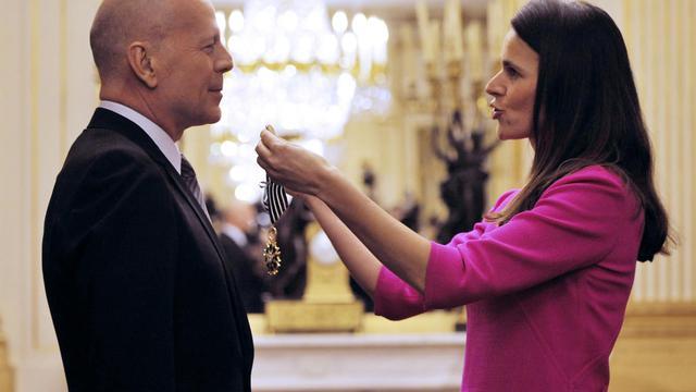 Bruce Willis fait commandeur dans l'ordre des Arts et Lettres par la ministre de la Culture Aurélie Filippetti, à Paris, le 11 février 2013 [Mehdi Fedouach / AFP]