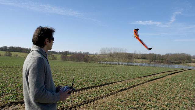 Un drone fabriqué par une start-up française photographie les champs pour en mesurer l'état, le 19 février 2013 [Alain Jocard / AFP]