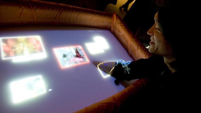 L'ingénieur japonais Yasushi Matoba  en pleine démonstration de son invention le 20 mars 2013 au Salon Laval Virtual [Jean-Francois Monier / AFP]