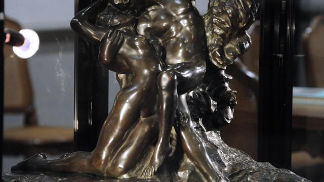 """Le bronze d'Auguste Rodin, """"L'Éternel Printemps"""" vendu aux enchères à Toulouse, le 27 mars 2013 [Pascal Pavani / AFP]"""
