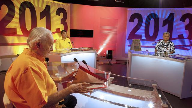 Le sénateur Gaston Flosse (g) et ses adversaires Oscar Temaru (d) et Teva Rohfritsch (c), attendent le début d'un débat télévisé sur la chaîne  Polynésie Première, à Papeete le 2 mai 2013 [Gregory Boissy / AFP]