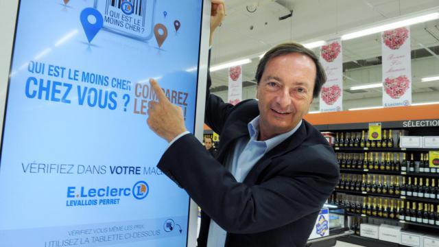 Michel-Edouard Leclerc, président du groupe de grande distribution Leclerc, montre un système de comparaison de prix dans un supermarché de Levallois-Perret, le 16 mai 2013