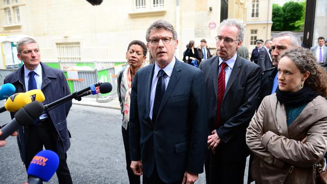Le ministre de l'Education, Vincent Peillon (c), s'est rendu le 16 mai 2013 à l'école primaire parisienne où s'est suicidé un homme devant des enfants [Martin Bureau / AFP]