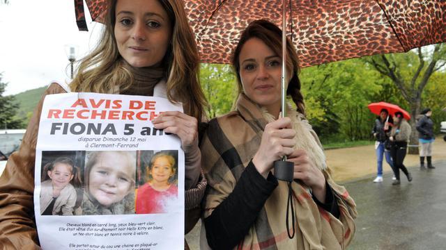 Des volontaires distribuent des avis de recherche pour Fiona, la fillette qui a disparu le 12 mai 2013 à Clermont Ferrand [Thierry Zoccolan / AFP/Archives]