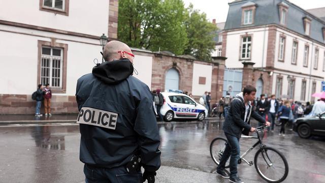 La police devant un lycée de Strasbourg suite à des menaces de fusillade, le 17 mai 2013 [Frederick Florin / AFP]