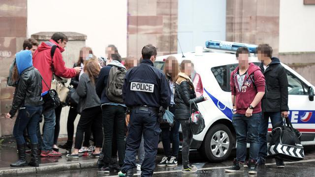 Des policiers devant un lycée à Strasbourg, le 17 mai 2013 [Frederick Florin / AFP]