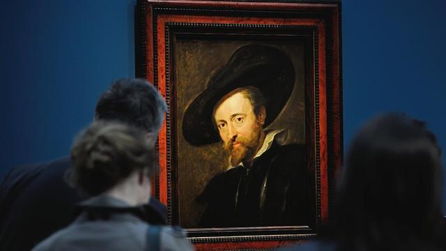 """Des visiteurs admirent le 17 mai 2013 un autoportrait de Rubens, exposé au Louvre-Lens pour l'exposition  """"L'Europe de Rubens"""" [Philippe Huguen / AFP]"""