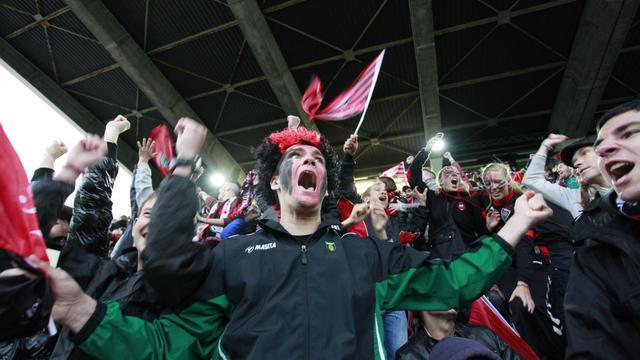 Des supporteurs de Toulon célèbrent la victoire en Coupe d'Europe de leur équipe le 18 mai 2013 au stade Mayol de Toulon [Bruno Isolda / AFP]