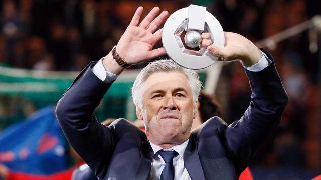 L'entraîneur du PSG Carlo Ancelotti avec le trophée de Champion de France le 18 mai 2013 au Parc des Princes à Paris [Kenzo Tribouillard / AFP]