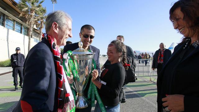 Le président de Toulon Mourad Boudjellal (au centre) avec la Coupe d'Europe le 19 mai 2013 à Toulon [Bruno Isolda / AFP/Archives]
