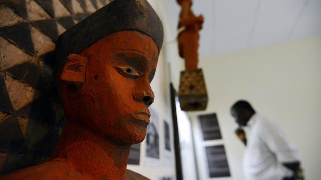 Une statue, symbôle de protection, traditionnellement placée à l'entrée du village, exposée au musée de Kinshasa, le 14 mai 2013 [Junior D.Kannah / AFP]