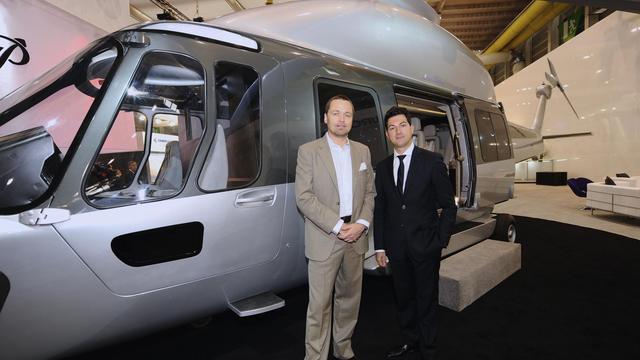 Le designer Peder Eidsgaard (g) et Frédéric Lemos, d'Eurocopter, présentent le EC-175 le 21 mai 2013 à Genève. [Alain Grosclaude / AFP]