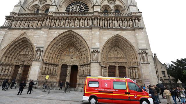 Une camion de pompier devant Notre-Dame de Paris après le suicide d'un essayiste d'extrême droite, le 21 mai 2013 [Pierre Verdy / AFP]
