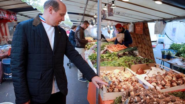 Le chef étoilé Eric Briffard fait ses courses sur un marché parisien, le 22 mai 2013 [Pierre Verdy / AFP]