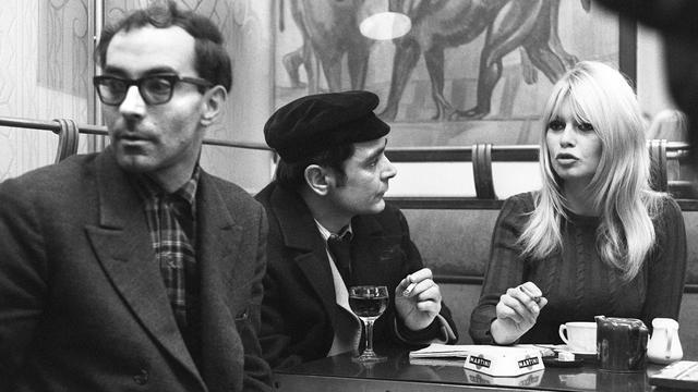 Une photo du 27 novembre 1965 montre Antoine Bourseiller (c) entouré de Brigitte Bardot et Jean-Luc Godard à Paris [ / AFP/Archives]