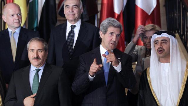 John Kerry au milieu des participants à la réunion sur la Syrie le 22 mai 2013 à Aman [Khalil Mazraawi / AFP]