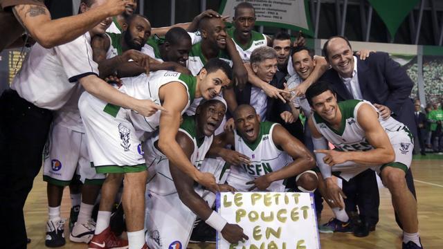 Les joueurs de Nanterre célèbrent leur victoire en demi-finale des plays off de ProA contre Chalon-sur-Saône le 22 mai 2013 à Nanterre [Kenzo Tribouillard / AFP]