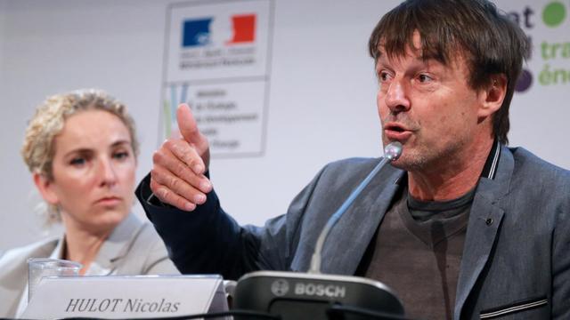 Nicolas Hulot prend la parole, le 23 mai 2013 à l'occasion du débat sur la transition énergétique, aux côtés de Delphine Batho [Pierre Verdy / AFP]