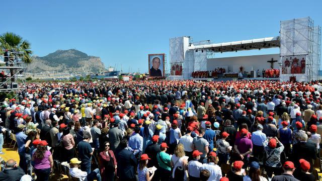 Des milliers de croyants assistent à la crémonie de béatification du père Puglisi, le 25 mai à Palerme [Marcello Paternostro / AFP]