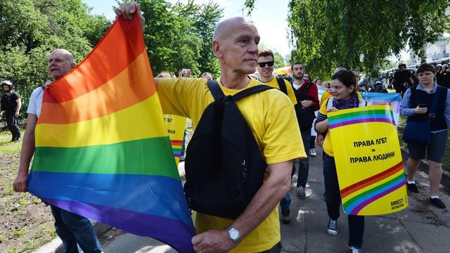 Des militants des droits des homosexuels défilent le 25 mai 2013 lors de la gay pride à Kiev [Sergei Supinsky / AFP]