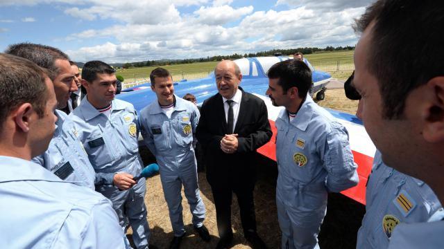 Le ministre de la Défense Jean-Yves Le Drian (c) au milieu des pilotes de la Patrouille de France, le 25 mai 2013 à Salon-de-Provence [Gerard Julien / AFP]