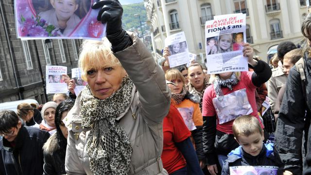 Des manifestants brandissent des photos de la petite Fiona, disparue le 12 mai 2013 lors d'une marche à Clermont-Ferrand le 25 mai 2013 [Thierry Zoccolan / AFP]