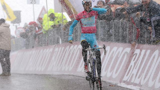 L'Italien Vincenzo Nibali remporte la 20e étape du Giro, sous la neige, le 25 mai 2013 aux Trois Cimes de Lavaredo [Luk Benies / AFP]