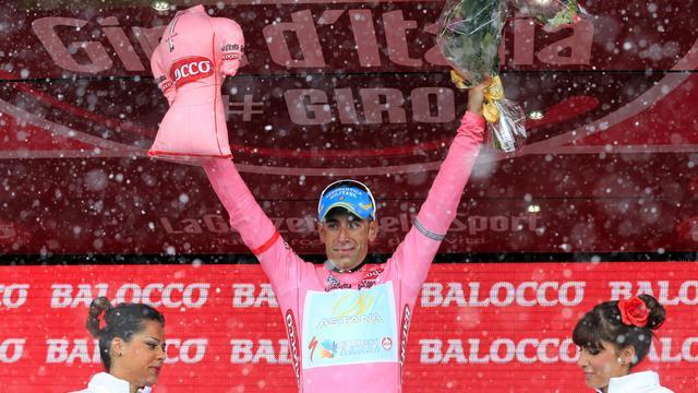 L'Italien Vincenzo Nibali avec le maillot rose de leader du Giro, le 25 mai 2013 aux Tre Cime di Lavaredo [Luk Benies / AFP]