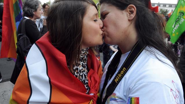 Deux jeunes femmes lors de la Gay Pride, le 25 mai 2013 à Tours [Jean-Francois Monier / AFP]