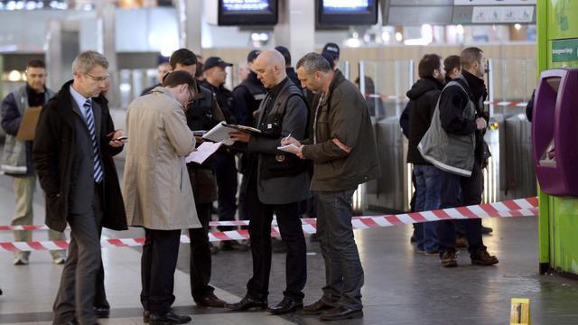 Des enquêteurs sur le lieu de l'agression d'un militaire le 25 mai 2013 à la Défense [Francois Guillot / AFP]
