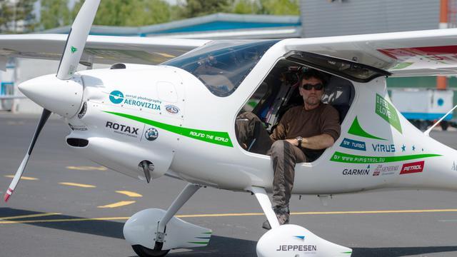 Le biologiste slovène Matevz Lenarcic, le 26 mai 2013 après avoir atterri à l'aéroport de Ljubljana [Jure Makovec / AFP]